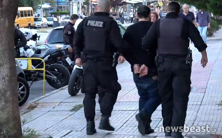 Συνοδεία αστυνομικών στο σπίτι του ο φερόμενος δράστης των πυροβολισμών στη Ν. Σμύρνη