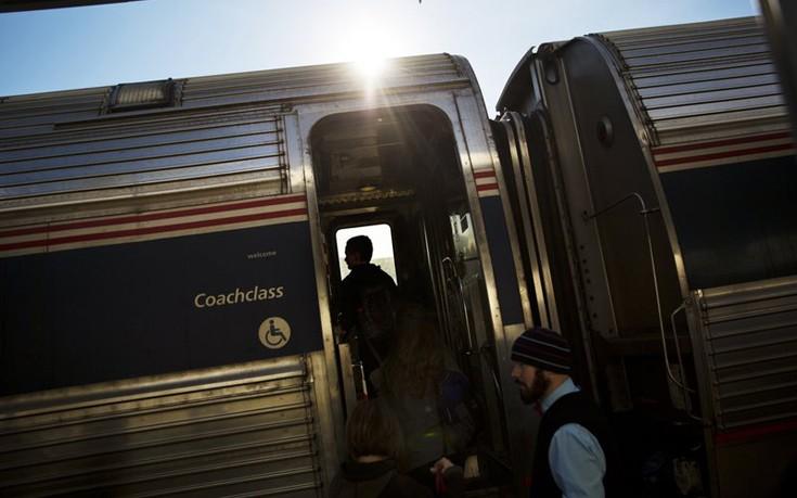 Εγκλωβίστηκαν σε τρένο, το διασκέδασαν παραγγέλνοντας πίτσες