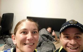 Αστυνομικοί συνοδεύουν μεθυσμένο στο σπίτι, τραβούν και μια selfie