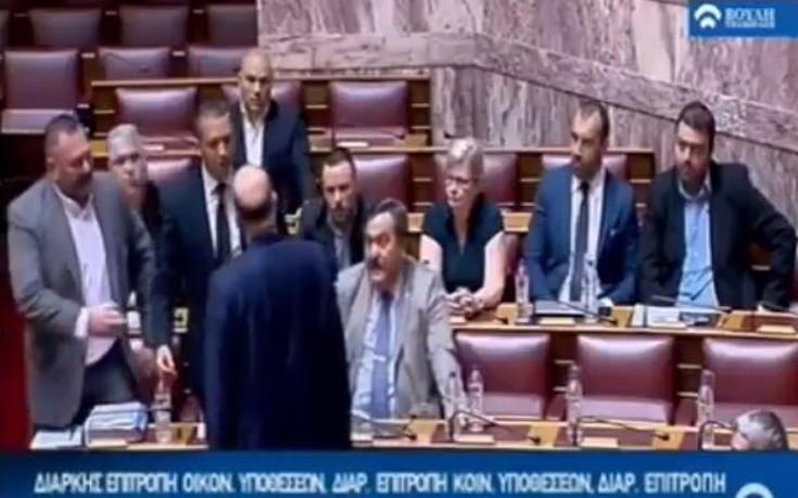 Η στιγμή της έντασης με πρωταγωνιστή τον Κασιδιάρη στη Βουλή