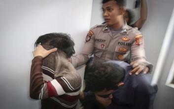 Δύο άνδρες στην Ινδονησία θα μαστιγωθούν επειδή τους έπιασαν σε ιδιωτικές στιγμές