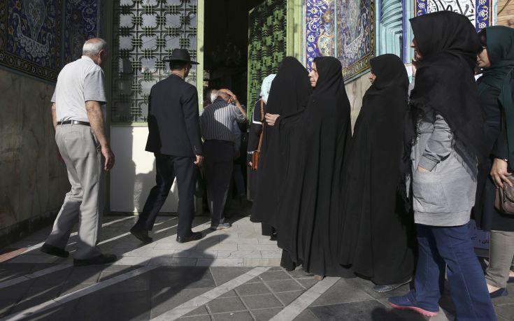 Αντιμέτωπος με τρεις πολιτικούς αντιπάλους διεκδικεί την προεδρία του Ιράν ο Ροχανί