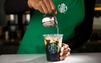 O κρύος καφές συναντά την δεξιοτεχνία σε μια έντονη εμπειρία καφέ στα Starbucks