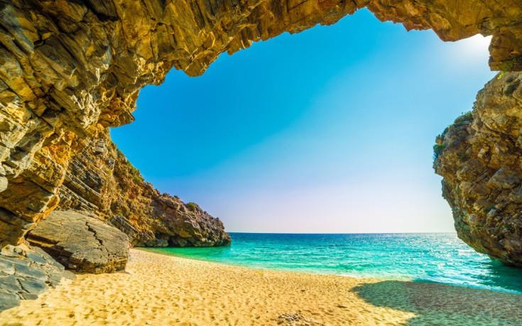 Ένας επίγειος παράδεισος με λευκά βότσαλα και διάφανα νερά