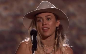 Η Miley Cyrus δάκρυσε στη σκηνή