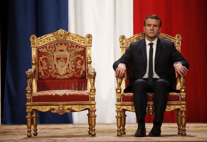 Ανακοινώνει τον πρωθυπουργό του και φεύγει για Γερμανία ο Εμανουέλ Μακρόν
