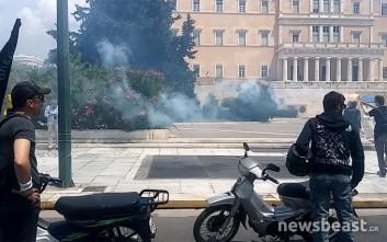 Με καπνογόνα έξω από τη Βουλή η μοτοπορεία των διανομέων