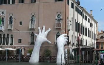 Τα γιγαντιαία άσπρα χέρια που ξεπροβάλλουν στη Βενετία