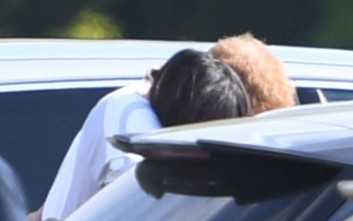 Τρυφερές αγκαλιές δημοσίως για τον πρίγκιπα Χάρι με την Μέγκαν Μαρκλ