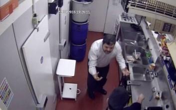 Ιδιοκτήτης εστιατορίου πέταξε καυτό νερό στον σεφ γιατί δεν μαγείρεψε σωστά ένα αβγό