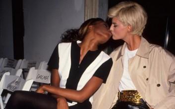 Η Ναόμι Κάμπελ φιλάει στο στόμα την Λίντα Ευαγγελίστα