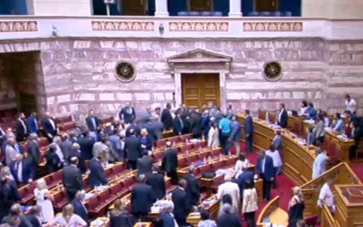 Χαμός στη Βουλή και μεγάλη ένταση με Κασιδιάρη και Δένδια