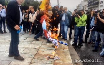 Διαδηλωτής έκαψε σημαία του ΣΥΡΙΖΑ στο Σύνταγμα
