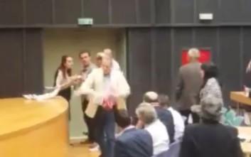 Ο Καραμέρος καταγγέλλει τον Τζήμερο ότι γρονθοκόπησε περιφερειακή σύμβουλο