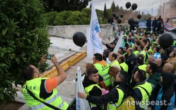 Στη Βουλή με μαύρα μπαλόνια στα χέρια τα σώματα ασφαλείας