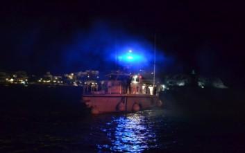 Ακυβέρνητο πλοίο με κοντέινερ βόρεια της Άνδρου