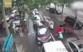 Περαστικοί ξεγέννησαν γυναίκα στο πεζοδρόμιο