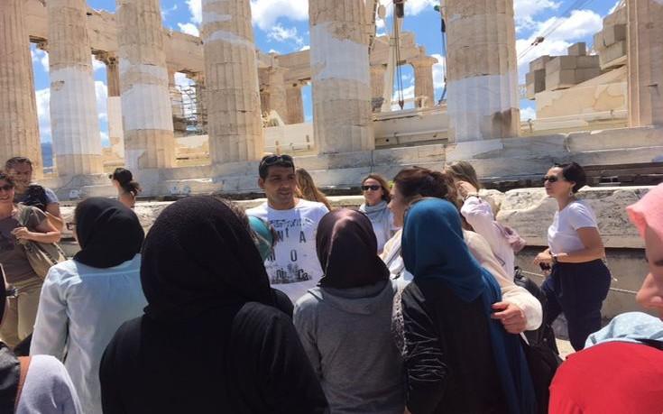 Ξενάγησε προσφυγόπουλα στην Ακρόπολη η Λυδία Κονιόρδου