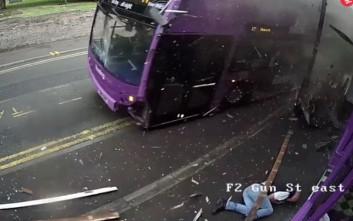 Λεωφορείο χτυπά άνδρα και εκείνος σηκώνεται και μπαίνει σε μια παμπ