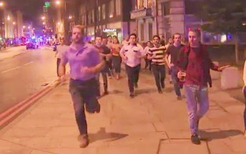 Δεν άφησε την μπύρα από το χέρι παρόλο τον πανικό από την επίθεση στο Λονδίνο