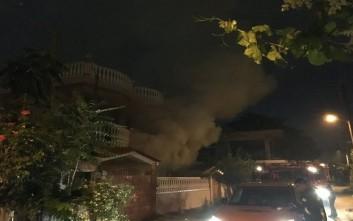 Φωτιές σε δύο σπίτια και τεταμένη ατμόσφαιρα στο Μενίδι
