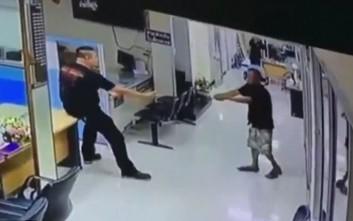 Μπήκε με μαχαίρι σε τμήμα και ο αστυνομικός τον αντιμετώπισε με… μια αγκαλιά