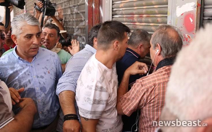 Διαδηλωτές προπηλάκισαν και πήραν στο κυνήγι τον Πατούλη