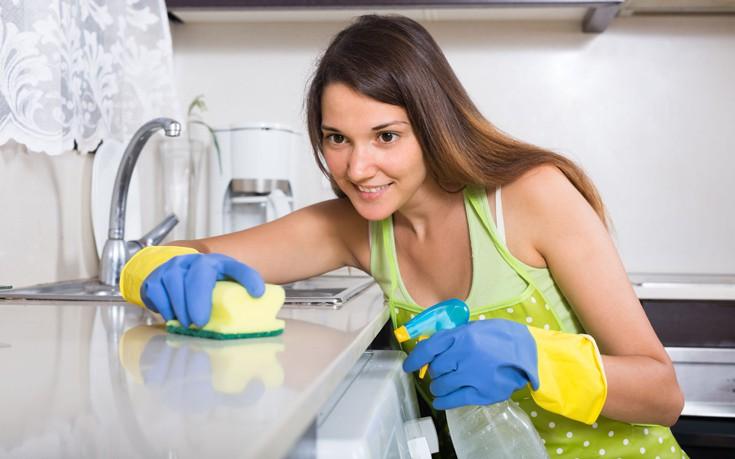 Πώς να διώξετε τη μυρωδιά της χλωρίνης από τα χέρια σας
