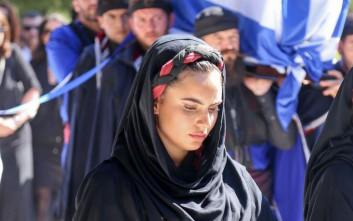 Η θλιμμένη Κρητικοπούλα που συνόδευσε τη σορό του Μητσοτάκη