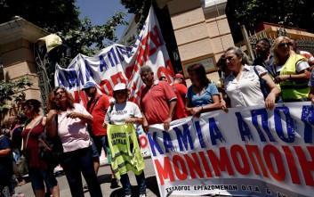 Συμβασιούχοι απέκλεισαν το υπουργείο Μακεδονίας