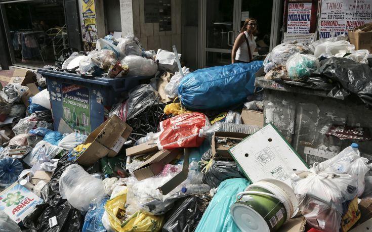 Νεκρή εργαζόμενη την ώρα που μάζευε τους τόνους σκουπιδιών από τους δρόμους