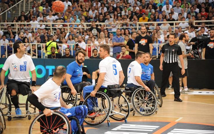 Αποθεώθηκαν στο ΟΑΚΑ οι αθλητές μπάσκετ με αμαξίδιο