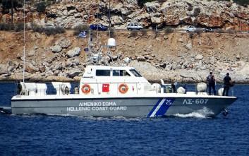 Συνεχίζονται οι προσπάθειες αποκόλλησης του πλοίου που προσάραξε στη Σαντορίνη