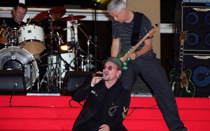 Ο μπασίστας των U2 μιλάει για το πώς έκοψε το ποτό