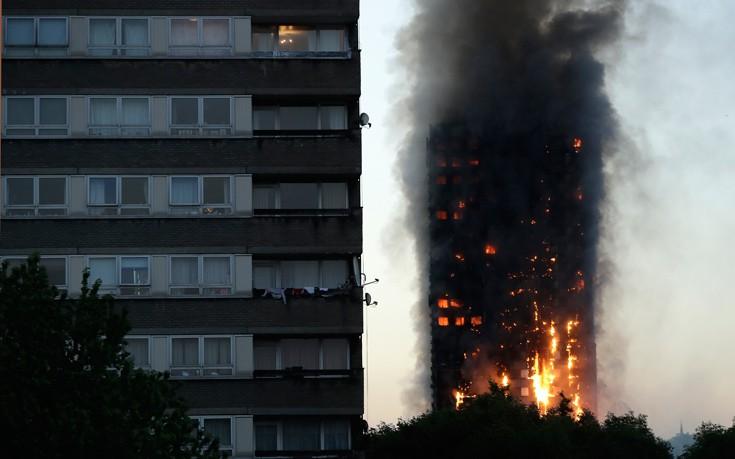 Άγνωστος αριθμός νεκρών μέσα στον φλεγόμενο πύργο στο Λονδίνο