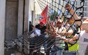 Ένταση έξω από υπουργείο Εσωτερικών, πέταξαν σκουπίδια και μπογιές