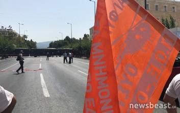 Κλούβες έκλεισαν τον δρόμο στους συμβασιούχους