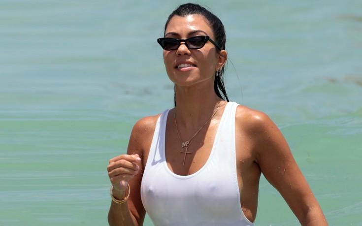Με σέξι ολόσωμο μαγιό η Kourtney Kardashian