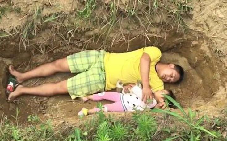 Προετοιμάζει την άρρωστη κόρη του για το θάνατο βάζοντάς την στον τάφο