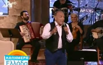 Ο Τάσος Αρνιακός πήρε μικρόφωνο και τραγούδησε «Το τραμ το τελευταίο»