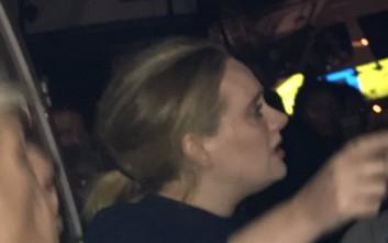 Η Αντέλ στο πλευρό του κόσμου στον φλεγόμενο πύργο του Λονδίνου