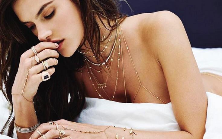 Κοσμήματα αγκαλιάζουν το κορμί της Alessandra Ambrosio