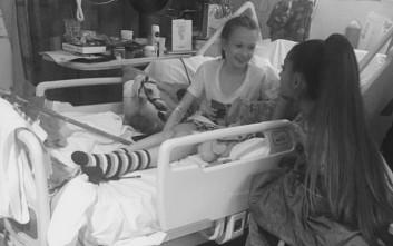 Η Αριάνα Γκράντε σε τραυματισμένους μικρούς θαυμαστές της στο Μάντσεστερ