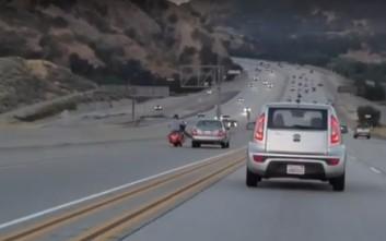 Μοτοσικλετιστής κλωτσάει αυτοκίνητο εν κινήσει κι ακολουθεί χάος