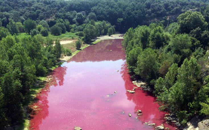 Υπήρχε λόγος τελικά που αυτό το ποτάμι της Γαλλίας έγινε κατακόκκινο