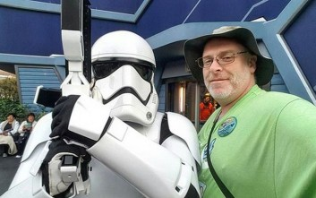 Καλιφορνέζος πάει στην Disneyland για 2.000 συνεχόμενες μέρες