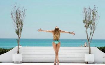 Η Ντορέττα Παπαδημητρίου καλωσορίζει το καλοκαίρι