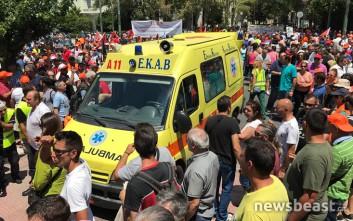 Ασθενοφόρο παρέλαβε γυναίκα που ζαλίστηκε από τα χημικά έξω από τη Βουλή