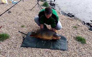 Η εντυπωσιακή δραπέτευση ψαριού από τα χέρια του ψαρά
