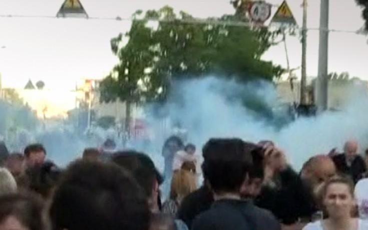 Ένταση και χημικά στη συγκέντρωση διαμαρτυρίας στο Μενίδι